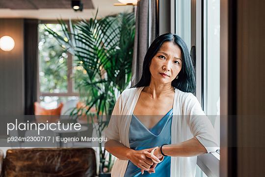 Italy, Portrait of businesswoman in creative studio - p924m2300717 by Eugenio Marongiu