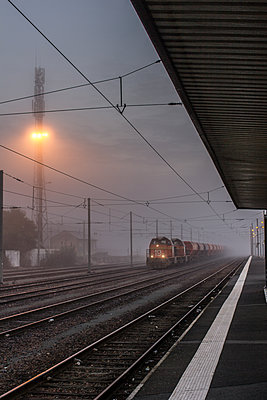 Verlassener Bahnhof am Morgen - p1402m2063448 von Jerome Paressant