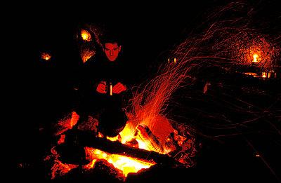 Am Lagerfeuer aufwärmen - p2200008 von Kai Jabs