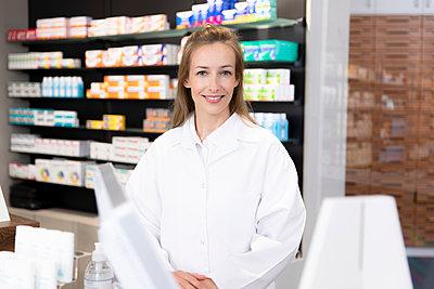 Female pharmacist at checkout - p300m2251749 by Florian Küttler