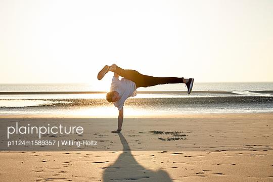 Akrobat am Strand - p1124m1589357 von Willing-Holtz
