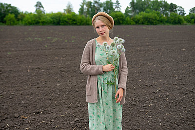 Woman with a beret in a field, portrait - p1646m2258922 by Slava Chistyakov