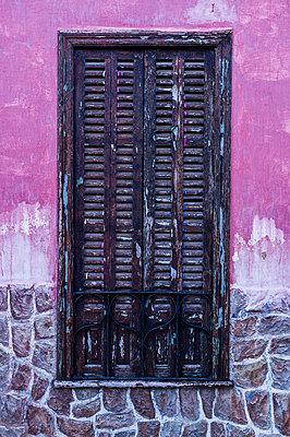 Geschlossenes Fenster an bunter Fassade auf Mallorca - p177m1332519 von Kirsten Nijhof
