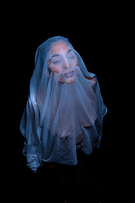 Woman under transparent veil - p427m1195673 by Ralf Mohr