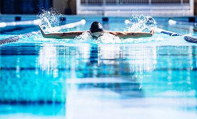 Swimmers doing butterfly stroke in lane - p924m1468794 by Corey Jenkins