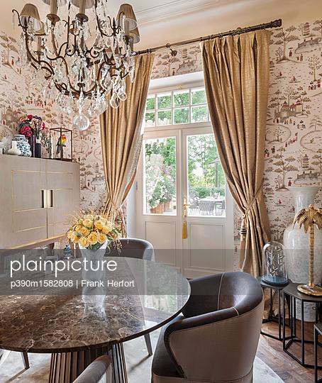 Esszimmer in einer Villa - p390m1582808 von Frank Herfort