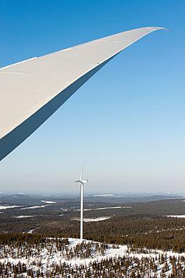 Windkraftanlagen im Schnee - p1079m1042374 von Ulrich Mertens
