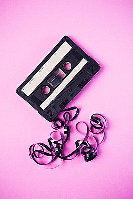 Kassette mit Bandsalat - p1149m1590486 von Yvonne Röder
