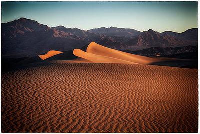 Death Valley in der Morgendämmerung  - p1154m1110157 von Tom Hogan
