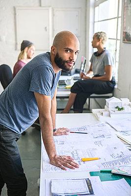 Mann in Arbeitsszene - p1156m1572787 von miep