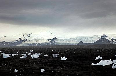 Schwarzer Strand und Gletscher - p382m1083786 von Anna Matzen