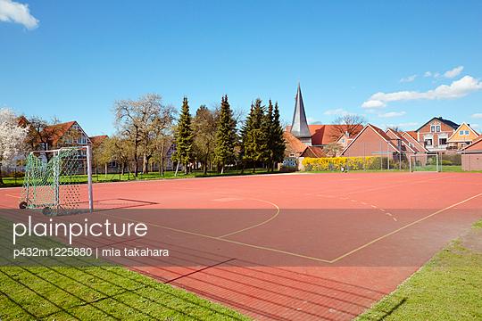 Verlassener Sportplatz - p432m1225880 von mia takahara