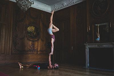 Partner acrobatics - p1295m2133590 by Katharina Bauer