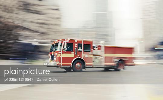 Feuerwehrauto unterwegs - p1335m1216547 von Daniel Cullen