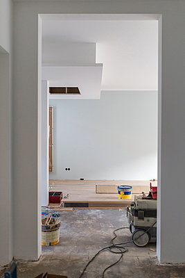 Laying of parquet in a house - p300m1166643 by Sarah Kastner