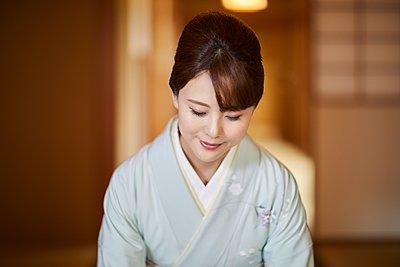 Young Japanese woman wearing traditional kimono - p307m2135276 by Yosuke Tanaka