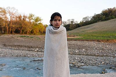 Nasses Mädchen am Flussufer - p1116m1217054 von Ilka Kramer