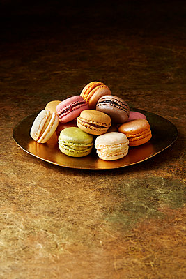 Still life with flavoured macaroons on gold plate - p429m2068589 by Danielle Wood
