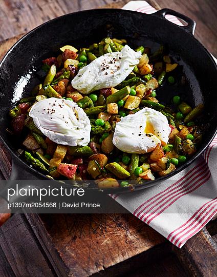 Pochierte Eier mit Gemüse - p1397m2054568 von David Prince