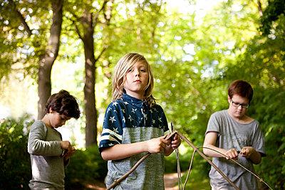 Drei Jungen beim Schnitzen - p1195m1138101 von Kathrin Brunnhofer