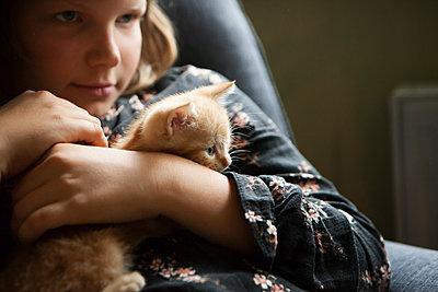 Kind mit Katzenbaby - p1348m1586471 von HANDKE + NEU