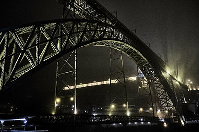 Portugal, Porto, Douro, Low angle view of Dom Luis I Bridge seen at night - p300m2144207 by Michael Reusse (alt)