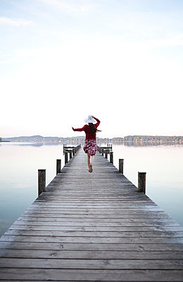 Woman on a landing stage - p4540840 by Lubitz + Dorner