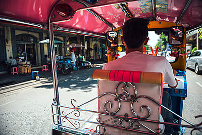 Thailand, Bangkok, back view of driver sitting in his tuk-tuk taxi - p300m1070980 by klublu