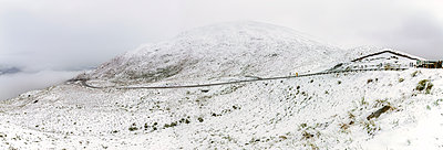 Panoramic shot of Crown Range Road on snow covered mountain, South Island, New Zealand - p300m2144357 by Scott Masterton