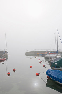 Germany, Lake Constance, Hagnau, Sailing boats on foggy lake - p300m879329 by Holger Spiering