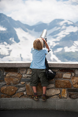 Austria, Grossglockner, Young boy watching through a binocular - p300m950052f by Andreas Pacek