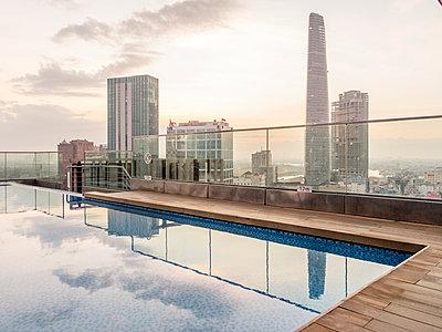 Swimmingpool auf dem Dach eines Hochhauses - p393m1452271 von Manuel Krug