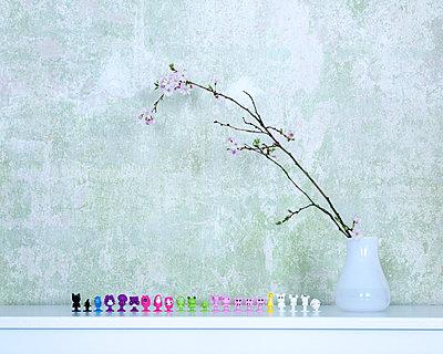 Figürchen unter Frühlingszweig - p606m1440188 von Iris Friedrich