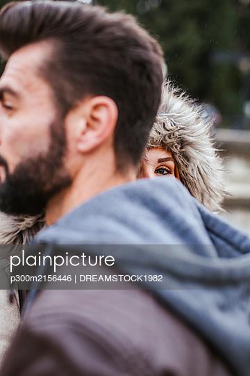 Peeking young woman behind her boyfriend - p300m2156446 by DREAMSTOCK1982