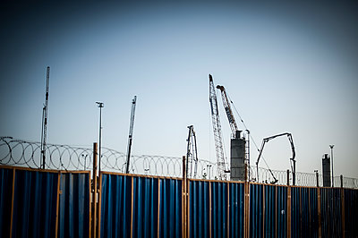 Fence of a construction site - p1007m1134880 by Tilby Vattard