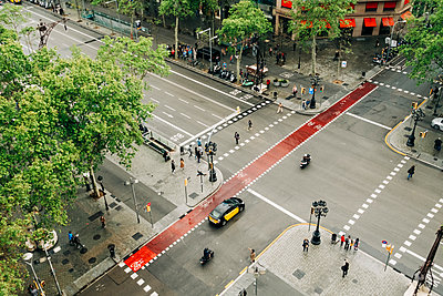 High angle view of street in Barcelona, Spain - p1427m2109903 by Alexandra C. Ribeiro