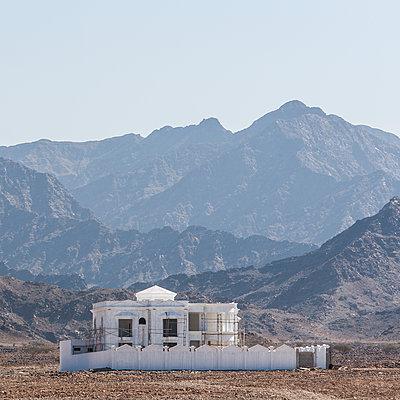Construction site next to mountain range - p280m1137322 by victor s. brigola