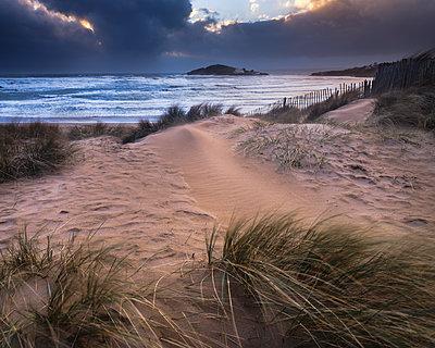 The beach at Bantham during a storm, near Kingsbridge, Devon, England, United Kingdom - p871m2114109 by Baxter Bradford
