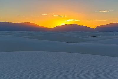 USA, New Mexico, Chihuahua Desert, White Sands National Monument, landscape at sunrise - p300m1417174 by Fotofeeling