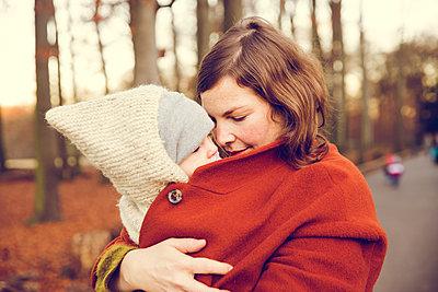 Herbstspaziergang, Mutter mit Kind - p904m1193472 von Stefanie Päffgen