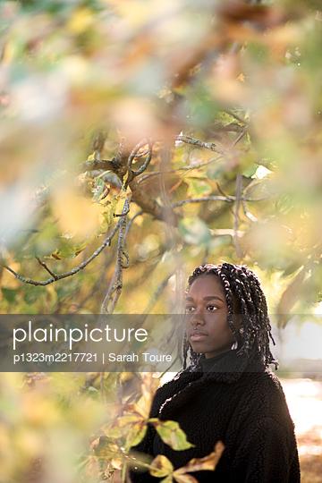 portrait of a young woman with braids - p1323m2217721 von Sarah Toure