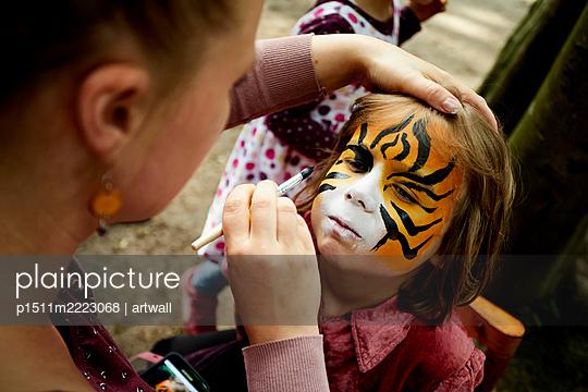 Frau schminkt das Gesicht eines Kindes - p1511m2223068 von artwall