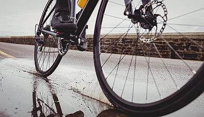 Athlete riding his bicycle - p1315m1227455 by Wavebreak