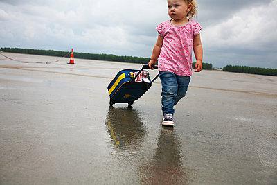 Kind mit Koffer - p1386m1452198 von beesch