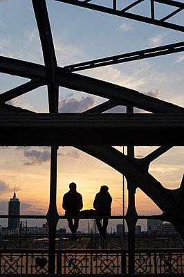 Evening sun in the city  - p1657m2297180 by Kornelia Rumberg