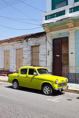 Vintage car in Cuba - p304m1092256 by R. Wolf
