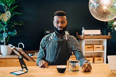 Portrait of male owner in coffee shop - p426m2259505 by Maskot