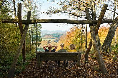 Family enjoying the view after hiking, Daun, Meerfeld, Rheinland-Pfalz, Germany - p429m1514016 by Mischa Keijser