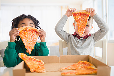 Boys eating pizza from cardboard box - p555m1410966 by JGI/Jamie Grill