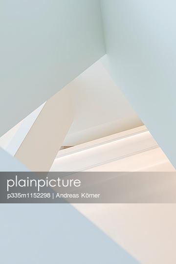 Winkel in einem Treppenhaus - p335m1152298 von Andreas Koerner
